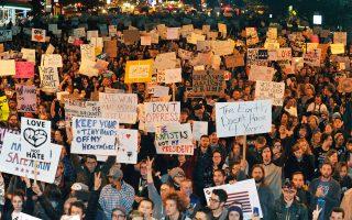 Διαδηλώσεις εναντίον του Ντόναλντ Τραμπ πραγματοποίησαν, για δεύτερη κατά σειρά νύχτα, σε δεκάδες αμερικανικές πόλεις ακτιβιστές που ανησυχούν για τα ανθρώπινα δικαιώματα και τις πολιτικές ελευθερίες. Ο νεοεκλεγείς πρόεδρος αρχικά έκανε λόγο για «επαγγελματίες διαδηλωτές», στη συνέχεια όμως εκθείασε «το πάθος τους για τη μεγάλη μας χώρα». Στη φωτογραφία, στιγμιότυπο από μεγάλη συγκέντρωση, στο Ντένβερ του Κολοράντο.