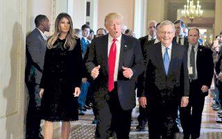 Το ζεύγος Τραμπ  και ο ηγέτης των Ρεπουμπλικανών στη Γερουσία, Μιτς Μακόνελ, στο Καπιτώλιο.