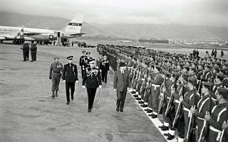 Ο πρόεδρος Αϊζενχάουερ (με το καπέλο) έχει μόλις προσγειωθεί στο αεροδρόμιο του Ελληνικού και περπατά δίπλα στον βασιλιά Παύλο.