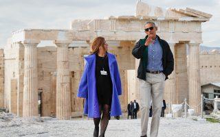 Πραγματικότητα έκανε την επιθυμία του να δει από κοντά τον Παρθενώνα ο Αμερικανός πρόεδρος Μπαράκ Ομπάμα. Στον Ιερό Βράχο τον ξενάγησε χθες η προϊσταμένη της Εφορείας Αρχαιοτήτων Αθηνών Ελένη Μπάνου και στο Μουσείο ο πρόεδρός του Δημήτρης Παντερμαλής. Ο κ. Ομπάμα εμφανίστηκε εξαιρετικά «διαβασμένος», εξέφρασε τον θαυμασμό του και δεσμεύθηκε να έρθει ξανά στην Ακρόπολη με την οικογένειά του.