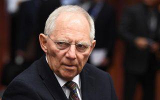 Αμεση ήταν η αντίδραση της Γερμανίας στις συστάσεις του Μπαράκ Ομπάμα για ελάφρυνση του ελληνικού χρέους. Ο Γερμανός υπουργός Οικονομικών, Βόλφγκανγκ Σόιμπλε, δήλωσε πως όποιος υπόσχεται ελάφρυνση του χρέους προσφέρει κακές υπηρεσίες στην Ελλάδα, καθώς θα εξουδετέρωνε το κίνητρο για δημοσιονομική προσαρμογή.