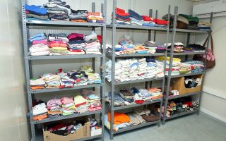 Ρούχα που δεν χρειαζόμαστε πια μπορούν να δοθούν σε οικογένειες που τα έχουν ανάγκη, σε ιδρύματα ή φορείς που αναλαμβάνουν τη διανομή τους. Αν η κατάστασή τους δεν είναι καλή, τότε η ανακύκλωση είναι η λύση, όχι ο κάδος απορριμμάτων.