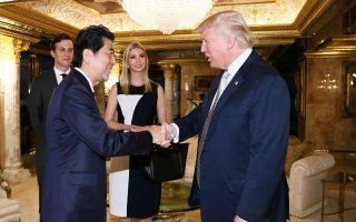 Ο Ιάπωνας πρωθυπουργός Σίνζο Αμπε συναντά τον νεοεκλεγέντα πρόεδρο των ΗΠΑ στον Πύργο Τραμπ, στη Νέα Υόρκη.