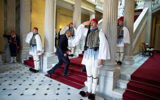 Ο Ομπάμα φτάνει στο προεδρικό μέγαρο.