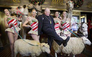 Οταν ο ιερέας το διασκεδάζει. Με χαλαρή διάθεση και καθόλου καθωσπρεπισμό, ο Αρχιεπίσκοπος της Νέας Υόρκης  Timothy Cardinal Dolan βρέθηκε στο Radio City Music Hall για να ευλογήσει τα ζώα που θα συμμετάσχουν στην χριστουγεννιάτικη παράσταση των Radio City Rockettes. Το σόου «Christmas Spectacular Starring the Radio City Rockettes», αποτελεί σημαντική ατραξιόν για όσους βρεθούν στην  πόλη  και οι παραστάσεις θα ξεκινήσουν την επόμενη εβδομάδα μέχρι και την επόμενη ημέρα της πρωτοχρονιάς. Οι επισκέπτες δε, εκτός από τα πανέμορφα, άριστα συγχρονισμένα κορίτσια, θα δουν επί σκηνής  καμήλες, προβατάκια αλλά και γαιδαράκους.  EPA/JUSTIN LANE