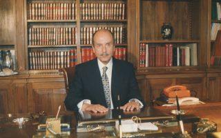 H πρώτη φωτογραφία του Kωστή Στεφανόπουλου ως Προέδρου Δημοκρατίας στο Προεδρικό Γραφείο αμέσως μετά την ανάληψη των καθηκόντων του, 10 Mαρτίου 1995 (φωτογραφία του αείμνηστου Bασίλη Pεντζή «K»).