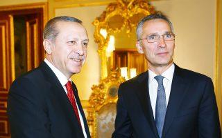 Ερντογάν και Στόλτενμπεργκ σφίγγουν τα χέρια προτού ξεκινήσουν τις κατ' ιδίαν συνομιλίες τους, στην Κωνσταντινούπολη.