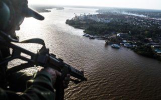 Πάνω από το λιμάνι Σαντάνα του Αμαζονίου της Βραζιλίας περιπολεί ελικόπτερο του στρατού. Οι ένοπλες δυνάμεις της χώρας προσπαθούν να αντιμετωπίσουν το εκτεταμένο φαινόμενο της πειρατείας στον μεγαλύτερο ποταμό του κόσμου. Η αύξηση του πληθυσμού των παραποτάμιων πόλεων έχει προκαλέσει έκρηξη της εγκληματικότητας, με αιμοσταγείς πειρατές να απειλούν τη διακίνηση καυσίμων και εμπορευμάτων, ληστεύοντας επιβατικά σκάφη και δολοφονώντας τους επιβάτες τους.