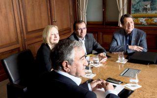 Οι κ. Νίκος Αναστασιάδης και Μουσταφά Ακιντζί κατά τη διάρκεια των διαπραγματεύσεων για το Κυπριακό, στο ελβετικό θέρετρο Μον Πελερέν, την περασμένη Κυριακή.