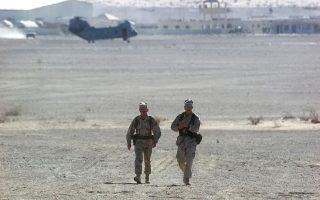 Ο στρατηγός Μάτις (αριστερά) στο στρατόπεδο Καμπ Ρίνο, μυστική βάση των Ηνωμένων Πολιτειών στο Αφγανιστάν.