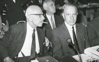 Στην φωτογραφία του 1962, ο Ζολώτας (αριστερά) εκπροσωπεί την Ελλάδα σε συνεδρίαση του Διεθνούς Νομισματικού Ταμείου στην Ουάσιγκτον με τον Λ. Ευταξία.