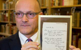 Ο διευθυντής του οίκου δημοπρασιών επιδεικνύει την επιστολή της Αννας Φρανκ.