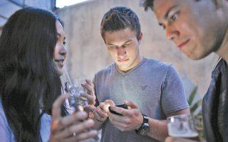 Νέοι άνθρωποι επιλέγουν να συνδιαλέγονται μέσω των ηλεκτρονικών τους συσκευών, αγνοώντας ουσιαστικά την ανθρώπινη επαφή. Τα μέσα κοινωνικής δικτύωσης «χτίζουν» έναν κόσμο για τον καθένα.