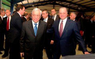 Ο πρόεδρος του ομίλου Ευάγγελος Μυτιληναίος (δεξιά), κατά τη διάρκεια της επετειακής εκδήλωσης που διοργανώθηκε χθες στα Ασπρα Σπίτια, με τον Προέδρο της Δημοκρατίας Προκόπη Παυλόπουλο.