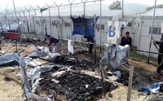 Πρόσφυγες καθαρίζουν τον καταυλισμό της Μόριας στη Λέσβο μετά την πυρκαγιά από έκρηξη φιάλης υγραερίου, που κόστισε τη ζωή σε μία 66χρονη γυναίκα και ένα 6χρονο αγόρι, προκειμένου να στήσουν νέες σκηνές. Από την επέκταση της φωτιάς και τα επεισόδια που ξέσπασαν στη συνέχεια, καταστράφηκαν 20 μεγάλες σκηνές, 110 μικρότερες, ενώ υπέστησαν φθορές δύο κοντέινερ.