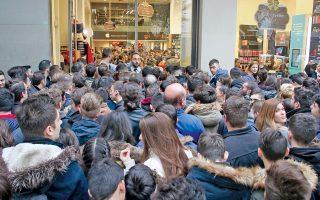 Χιλιάδες καταναλωτές περίμεναν σε τεράστιες ουρές νωρίς χθες το πρωί το άνοιγμα των πολυκαταστημάτων, προκειμένου να προμηθευτούν, με αφορμή την πρωτοεφαρμοζόμενη στην Ελλάδα Black Friday, προϊόντα σε πολύ χαμηλές τιμές. Η φωτογραφία είναι από τη Θεσσαλονίκη, όμως το ίδιο συνέβη και στην Αθήνα και αλλού. Τώρα μένει να φανεί κατά πόσον ο συνωστισμός μεταφράστηκε σε αντίστοιχο τζίρο. Πάντως, η μόδα της Black Friday έλαβε διαστάσεις υπερβολής, καθώς επεκτάθηκε σε εστιατόρια, ασφαλιστικά προϊόντα, ακόμη και σε εισιτήρια αγώνα μπάσκετ. Σελ. 5