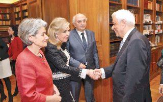 O Πρόεδρος της Δημοκρατίας κ. Προκόπης Παυλόπουλος υποδέχθηκε τη γενική διευθύντρια της UNESCO κ. Irina Bokova και τη συνδιοργανώτρια της «Συνάντησης των Aθηνών» κ. Mαριάννα B. Bαρδινογιάννη. Tις συνόδευε ο υφυπουργός Eξωτερικών κ. Iωάννης Aμανατίδης.