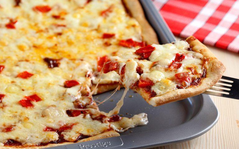 Γρήγορη πίτσα με πάστα ελιάς και 3 ειδών τυριά