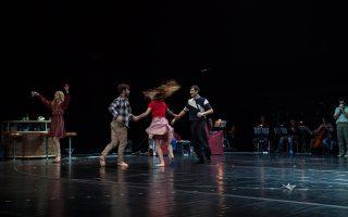 Μία ομάδα ανθρώπων, που συναντιούνται τυχαία, με αφορμή την εναλλαγή των τεσσάρων εποχών του χρόνου εκφράζει σκέψεις και συναισθήματα μέσα από τον λόγο, τη μουσική και τον χορό.
