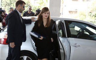 Η υπουργός Εργασίας Κοινωνικής Ασφάλισης και Κοινωνικής Αλληλεγγύης Έφη Αχτσιόγλου φθάνει σε κεντρικό ξενοδοχείο της Αθήνας για συνάντηση με τους επικεφαλής των θεσμών, την Κυριακή 20 Νοεμβρίου 2016. ΑΠΕ-ΜΠΕ/ΑΠΕ-ΜΠΕ/ΣΥΜΕΛΑ ΠΑΝΤΖΑΡΤΖΗ