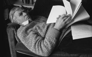 O Τζον Λε Καρέ με το χειρόγραφο του βιβλίου του «Ενας τέλειος κατάσκοπος» το 1985, όπου σκιαγραφεί την περίπλοκη σχέση με τον πατέρα του στην οποία αναφέρεται εκτενώς και στην αυτοβιογραφία του.
