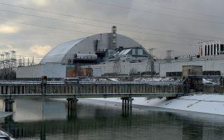 Το γιγάντιο υπόστεγο «ταξίδεψε» σε ράγες και έφθασε πάνω από τη «σαρκοφάγο» που περικλείει το εργοστάσιο.