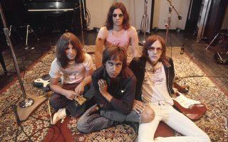 O Ιγκι Ποπ  (στο κέντρο της φωτ.) πλαισιωμένος από τους υπόλοιπους Stooges, τον Τζέιμς Γουίλιαμσον (αριστερά), τον Σκοτ Αστον (κέντρο) και τον Ρον Αστον (δεξιά).
