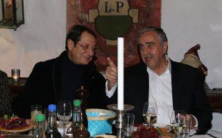 Νίκος Αναστασιάδης και Μουσταφά Ακιντζί χαμογελαστοί στη νυχτερινή έξοδο για φαγητό την περασμένη Πέμπτη, όπου σύμφωνα με πληροφορίες σημειώθηκε πρόοδος.