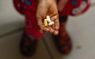 Παιδί που πάσχει από HIV λαμβάνει την καθημερινή δόση αντιρετροϊκών φαρμάκων στο Κέιπ Τάουν.