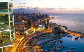 Από τη μαρίνα της Βηρυτού περνά η θαυμάσια παραλιακή Corniche. Μόνο το κουφάρι του θρυλικού ξενοδοχείου Saint-George (δεξιά) θυμίζει την καταστροφή του Εμφυλίου. (Φωτογραφία: Getty images/Ideal image)