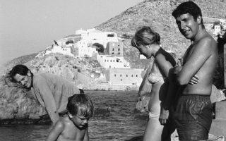 Ο Λέοναρντ Κοέν, με τη Μαριάνε και τον γιο της από τον πρώτο της σύζυγο, απολαμβάνει το μπάνιο του στην Υδρα.