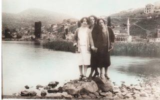 Η οικογένεια Μαυροβίτη έπαιξε σημαντικό ρόλο στην Καστοριά. Στο κέντρο, η Αλεξάνδρα Μαυροβίτη με δύο φίλες της. Στο βάθος, το Γυαλί Τζαμί.