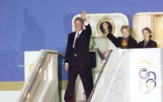 Ο Αμερικανός πρόεδρος Μπιλ Κλίντον, η σύζυγός του Χίλαρι και η κόρη τους Τσέλσι κατεβαίνουν από το αεροπλάνο την Παρασκευή 19 Νοεμβρίου 1999. Οι επίσημοι και οι δημοσιογράφοι τον περίμεναν να κατέβει, αλλά εκείνος, επί ένα τέταρτο τουλάχιστον, ενημερωνόταν για την «πολεμική» κατάσταση στην Αθήνα.