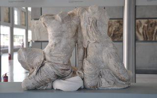 Το Σύμπλεγμα του Κέκροπος με τη θυγατέρα του Πάνδροσο από το δυτικό αέτωμα.