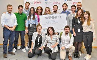 H νικήτρια ομάδα Discus, ανάμεσα στον Δρ. Δημήτρη Κονταρίνη, Διευθυντή του Κέντρου Επιχειρηματικότητας του Anatolia School of Business του ACT (πρώτος από αριστερά), την κα Νεκταρία Μητράκου, Διευθύντρια Εταιρικής Επικοινωνίας της Coca-Cola Hellas (πέμπτη από αριστερά) και τον κ. Andrea Gerosa συνιδρυτή της ThinkYoung (πέμπτος από δεξιά)