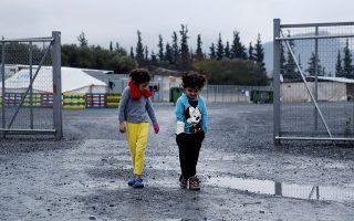 Παιδιά περπατούν ανάμεσα στις λάσπες στον προσφυγικό καταυλισμό στα Βασιλικά, κοντά στη Θεσσαλονίκη. Οι άσχημες καιρικές συνθήκες επιβαρύνουν την ήδη εκρηκτική κατάσταση.