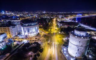 Στην Ελλάδα τα έργα φωτισμού κατασκευάζονται χωρίς στρατηγική ή έναν ενιαίο τρόπο, δημιουργώντας ένα συχνά προβληματικό «φωτο-μωσαϊκό». Στις μεγάλες ευρωπαϊκές πρωτεύουσες έχουν δημιουργηθεί ειδικοί κανονισμοί για το πώς θα φωτίζονται οι δημόσιοι χώροι.