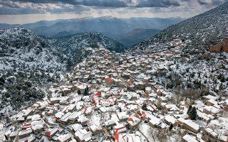 Η Στεμνίτσα πάνω από το φαράγγι του Λούσιου και... κάτω από το χιόνι. (Φωτογραφία: ΓΙΑΝΝΗΣ ΓΙΑΝΝΕΛΟΣ)