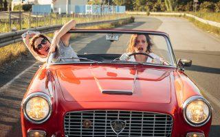 Η Βαλέρια Μπρούνι Τεντέσκι και η Μικαέλα Ραματζιότι με μια παλιά Lancia, την οποία «έκλεψαν» από το σκηνικό μιας κινηματογραφικής ταινίας.
