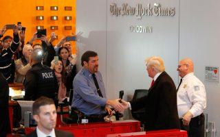 Ο Ντόναλντ Τραμπ εισέρχεται στο κτήριο των New York Times και χαιρετά το προσωπικό.