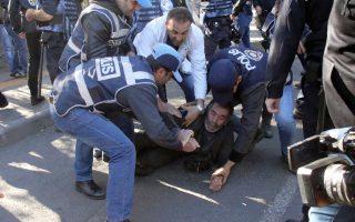 Επεισόδια στο Ντιγιάρμπακιρ. Νωρίτερα, αστυνομικές δυνάμεις εισέβαλαν στις οικίες των δύο συμπροέδρων του HDP –του Σελαχατίν Ντεμιρτάς στο Ντιγιάρμπακρ και της Φιγκέν Γιουκσεκντάγκ στην Αγκυρα– τους οποίους συνέλαβαν. Παράλληλα, συνελήφθησαν άλλοι εννέα βουλευτές του HDP και εκδόθηκαν εντάλματα σύλληψης για δύο ακόμη που βρίσκονται στο εξωτερικό.