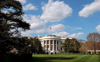 Η επίσημη επίσκεψη του Μπαράκ Ομπάμα στην Αθήνα, σύμφωνα με την ενημέρωση του Λευκού Οίκου, θα επικεντρωθεί στη συνεργασία των δύο χωρών σε ένα ευρύ φάσμα θεμάτων, από την οικονομία μέχρι την αντιμετώπιση της τρομοκρατίας.