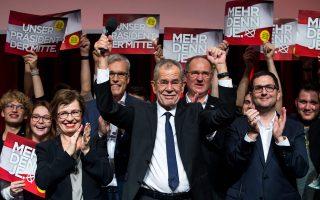 «Βαριά ήττα του αντιευρωπαϊκού εθνικισμού και λαϊκισμού» χαρακτήρισε ο απερχόμενος πρόεδρος της Ευρωβουλής Μ. Σουλτς το αποτέλεσμα των εκλογών στην Αυστρία, με τη νίκη του ανεξάρτητου Αλεξάντερ Βαν ντερ Μπέλεν (φωτ.). Ο 72χρονος οικολόγος απέσπασε το 53,3% των ψήφων έναντι 46,7% του ακροδεξιού Νόρμπερτ Χόφερ. Ενθερμος ευρωπαϊστής ο πρώην επικεφαλής των Πρασίνων, είχε χαρακτηρίσει τις εκλογές αυτές αποφασιστικής σημασίας για το μέλλον της Αυστρίας στην Ε.Ε.