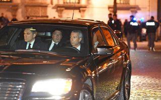 Ολιγοήμερη αναβολή έλαβε η παραίτηση του Ιταλού πρωθυπουργού Ματέο Ρέντσι, καθώς ο πρόεδρος της Δημοκρατίας Σέρτζιο Ματαρέλα του ζήτησε να παραμείνει προσωρινά στη θέση του έως την ψήφιση του προϋπολογισμού του 2017, που προβλέπεται να γίνει την Παρασκευή. Στη φωτογραφία, ο κ. Ρέντσι καταφθάνει με το αυτοκίνητό του χθες το βράδυ στο Προεδρικό Μέγαρο προκειμένου να συναντηθεί με τον κ. Ματαρέλα, ο οποίος θα είναι αυτός που θα καθορίσει με τις αποφάσεις του τις πολιτικές εξελίξεις στην Ιταλία.