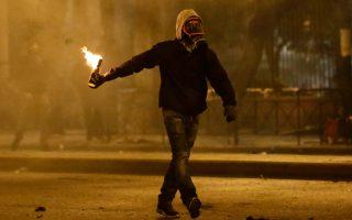 Η αστυνομία, μετά τον εντοπισμό 150 μολότοφ στα Εξάρχεια, δεν αποκλείει να υπάρχουν και άλλες κρυψώνες με πολεμοφόδια.