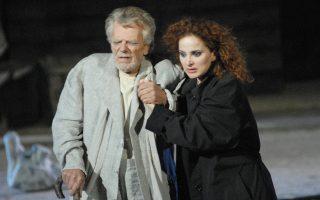 Ο Πέτρος Φυσσούν σε σκηνή από το έργο «Φοίνισσες» του Ευριπίδη στο Αρχαίο Θέατρο Επιδαύρου, τον Ιούλιο του 2008.