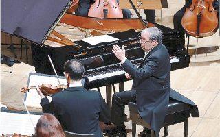 Μαγική στιγμή μιας μουσικής φράσης από κοντσέρτο του Μπετόβεν – ο Murray Perahia με το δεξί χέρι στο πιάνο, διευθύνει ορχήστρα και εξάρχοντα Τomo Keller (αριστερά) και τους μουσικούς της Academy of St Martin in the Fields (φωτογραφία Χάρη Ακριβιάδη, 4/12/216).