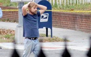 Ο 28χρονος Εντγκαρ Ουέλτς παραδίδεται στις αρχές, μετά την εισβολή στην πιτσαρία την Κυριακή.