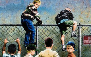 Από την τέχνη του «δρόμου» ο καλλιτέχνης STMTS, κατά κόσμον Σταμάτης Μήτσιος, περνάει στην πρώτη του ατομική έκθεση στην Αίθουσα Τέχνης Αθηνών. Ο τελειόφοιτος της ΑΣΚΤ πραγματεύεται στα έργα του την έννοια του ορίου και των συνόρων, όπως στο έργο του «Between the Borders» (φωτ.), το οποίο θυμίζει έντονα εικόνες από το μεταναστευτικό, με μια ομάδα παιδιών που προσπαθούν να περάσουν ένα συρμάτινο φράχτη, ενώ στο βάθος διακρίνονται ίχνη του δυτικού πολιτισμού ως προσδοκία ενός καλύτερου μέλλοντος. «Η γενιά μου μεγάλωσε γνωρίζοντας ότι δεν υπάρχει εύκολο μέλλον. Οι παλιότερες γενιές τα είχαν μπροστά τους και τα έχασαν, εμείς δεν τα βρήκαμε», λέει στην «Κ».