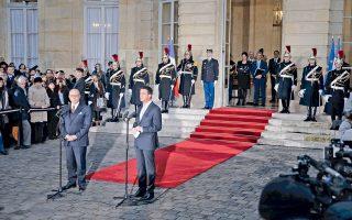 Τελετή παράδοσης - παραλαβής πραγματοποιήθηκε χθες στο πρωθυπουργικό μέγαρο Ματινιόν στο Παρίσι, με τον τέως πλέον πρωθυπουργό Μανουέλ Βαλς να παραδίδει τα ηνία στον διάδοχό του, πρώην υπουργό Εσωτερικών, Μπερνάρ Καζνέβ. Η πρόθεση του Βαλς να διεκδικήσει το χρίσμα του Σοσιαλιστικού Κόμματος για τις προεδρικές εκλογές του Μαΐου έφερε τον 53χρονο νομικό Καζνέβ στο Ματινιόν. Ο νέος πρωθυπουργός, γνωστός στους πολιτικούς κύκλους ως «Ο καρδινάλιος», λόγω της μνημειώδους αυτοσυγκράτησής του, διαχειρίστηκε αποτελεσματικά τις τρομοκρατικές επιθέσεις σε Παρίσι και Νίκαια, προωθώντας την επιβολή κατάστασης έκτακτης ανάγκης.